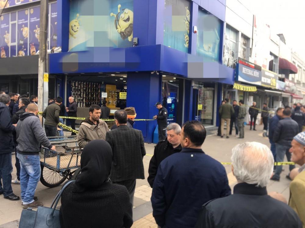 Sakarya'da Turkcell Bayisine Silahlı Saldırı, İki Çalışan Yaralandı